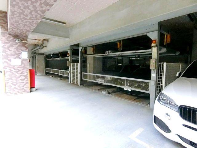 整備された駐車スペース。室内なので、雨風に汚れる心配もありません。