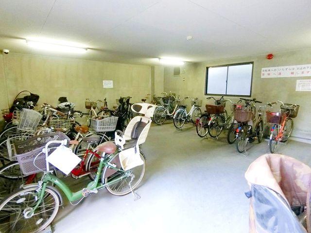 室内型の駐輪場。雨に濡れず綺麗に整頓されております。