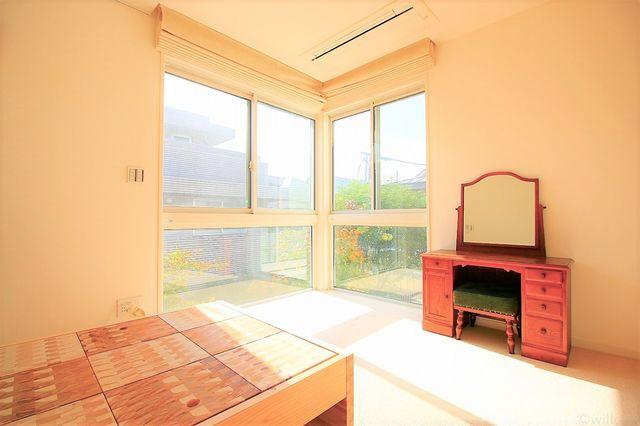 8.6畳の居室です。3面採光でお部屋に開放感を感じさせてくれます。