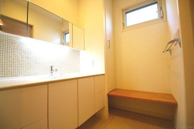 ワイドでおしゃれな洗面台です。サイドにはベンチもあるので便利です。