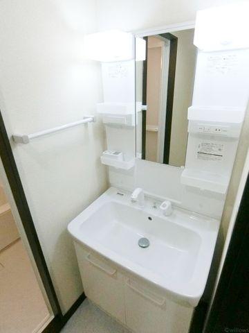 照明付きの明るい洗面台です。タオルラック、コンセント付きです。