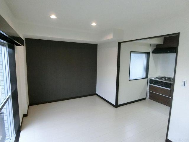 ブラウンとホワイトのシックなリビングダイニングルームです。キッチンの横に窓があり通気性良好です。