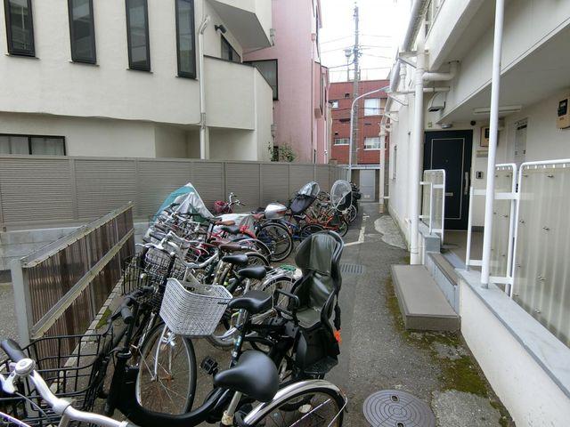 自転車は必需品という方も多くいらっしゃいます。見るとお子様を乗せる自転車も多く、このマンションコミュニティの雰囲気を教えてくれます。月額無償も嬉しいポイントですね。