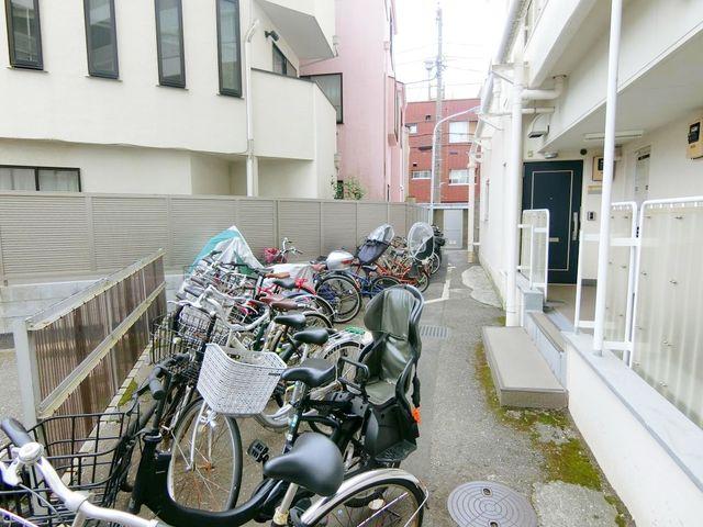 使用料はなんと無料の駐輪場。自転車は必需品という方も多くいらっしゃいます。見るとお子様を乗せる自転車も多く、このマンションコミュニティの雰囲気を教えてくれます。