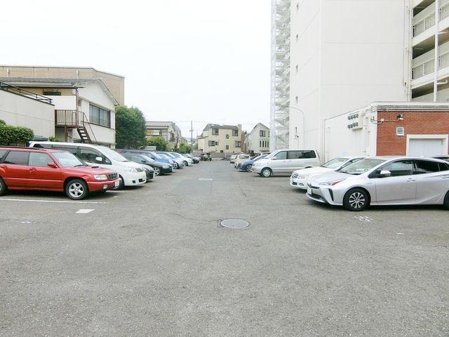 断然便利な敷地内駐車場。全て快適な平置き駐車場です。空き状況は都度お調べさせて頂きます。