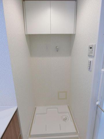 洗濯機置き場は洗面所に併設されており、濡れたタオルや服をすぐに洗濯に回すことが出来ます。スムーズな家事動線を演出。