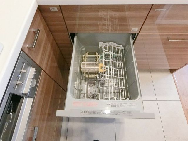 キッチンにはビルトイン食洗機。毎日のことだからこそ洗い物を時短できるのは嬉しいですね。