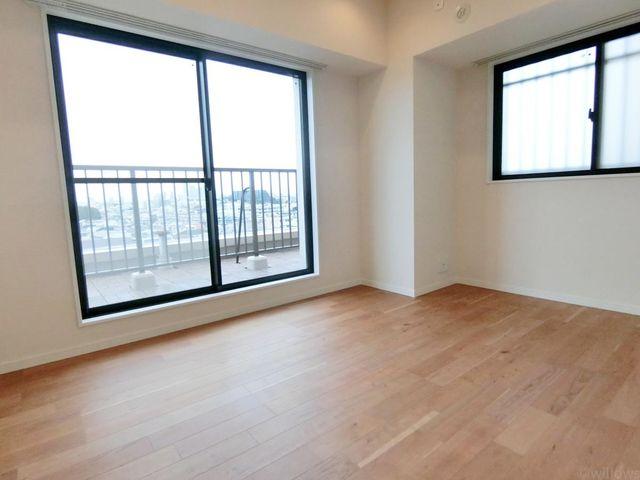 一日の半分を過ごすマスターベッドルーム。充分な収納スペース(大型クローゼット)を確保しており、居室内に余計な家具を置く必要がないので、シンプルですっきりとした暮らしを実現。