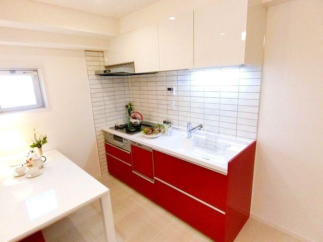 新規交換システムキッチンは赤を基調としたシンプルモダンなデザイン