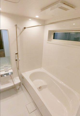 完成物件と同仕様のバスルーム写真です。壁材カラーはお好きに決められます!洗濯物干し、鏡の設置も可能です。