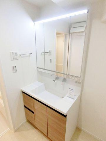 完成物件と同仕様の洗面台です。収納付きの広々とした三面鏡の洗面台が可能です!