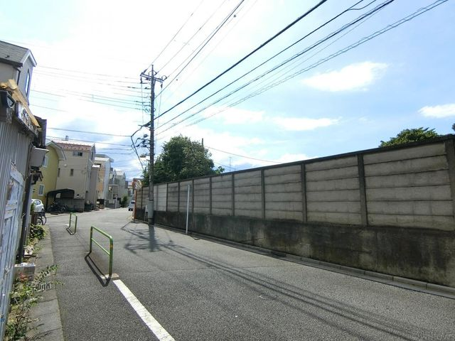 前面道路の写真です。ご自宅の目の前に高い建物がない為採光もしっかりととれます。