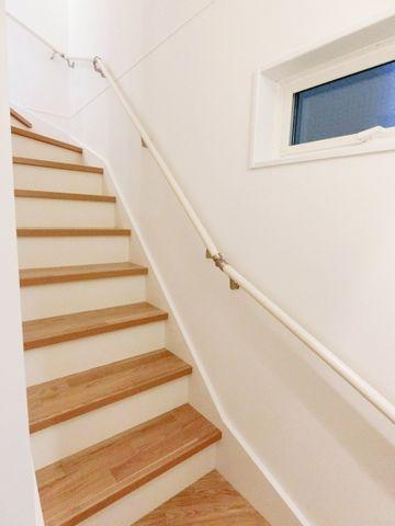 完成物件と同仕様の階段写真です。踏み台のカラーはお好きに決めることが可能です。