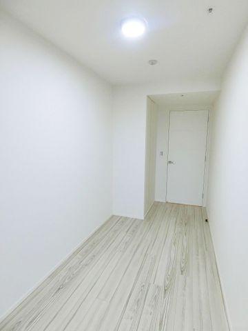 5.1帖のベットルームです。真ん中部分のお部屋になります。