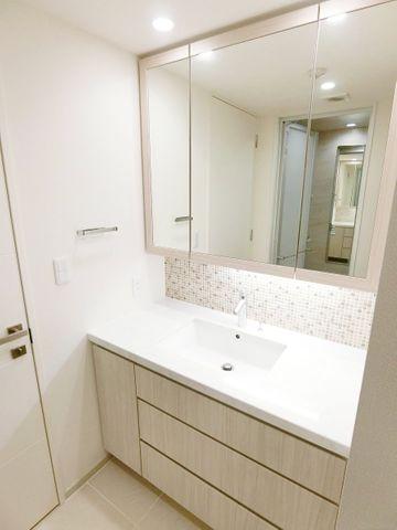非常にワイドな造りの洗面台です。鏡部分や洗面機も広いのは嬉しいポイントですね。