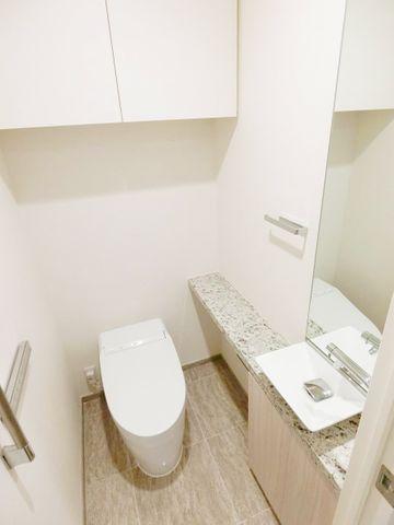 棚や手洗い場、鏡まで付いた高機能トイレです。忙しい朝に大活躍しそうですね。