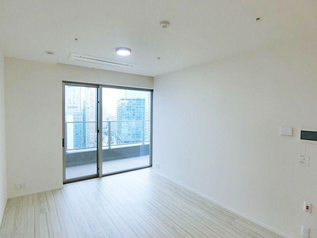 リビングルーム反対側からの写真です。コンセントが二カ所ございます。梁がなく奇麗な間取りです。