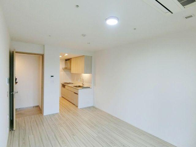 キッチン含めたリビングルームの写真です。間取りが奇麗なので自由なレイアウトができそうですね。