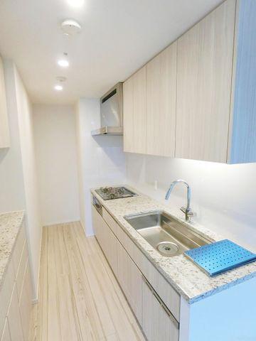 キッチン天井部分に幾つもライトがついている為大変明るいキッチンです。お料理が楽しくなりそうですね