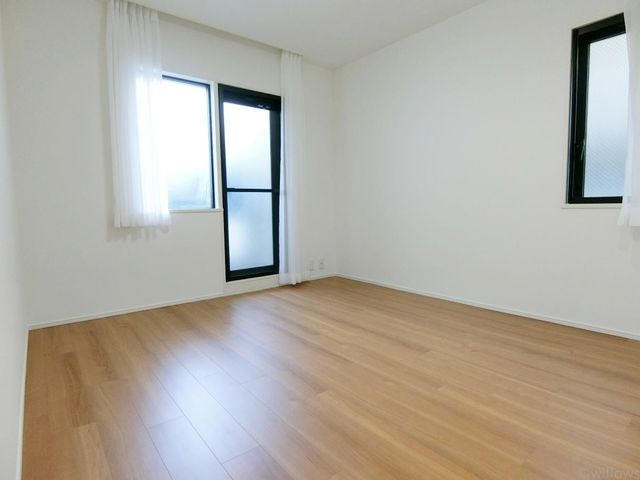 一日の半分を過ごすマスターベッドルーム。充分な収納スペース(ウォークインCL)を確保しており、居室内に余計な家具を置く必要がないので、シンプルですっきりとした暮らしを実現。エアコン完備!