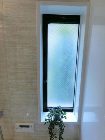 マンションには珍しい、窓付きの浴室。換気もしやすく一年中快適にお過ごし頂くことが可能です。