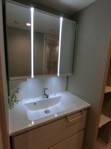 3面鏡が付いて機能的な洗面台です。