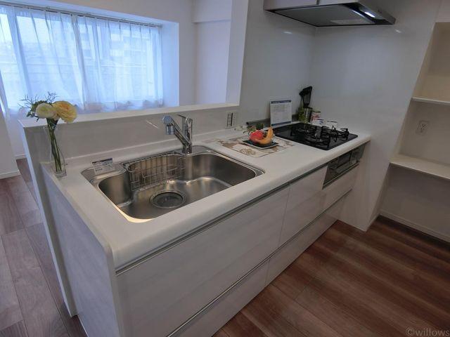 新規交換システムキッチンは白を基調としたシンプルモダンなデザイン