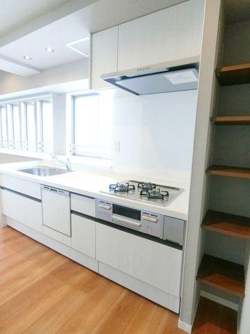 料理というクリエイティブな時間に相応しい、機能美。収納力も豊富です。幅広いキッチンの空間はママにとっての嬉しい動線を確保しております。プライベートスペースを彩るインテリアとしての美も兼ねております
