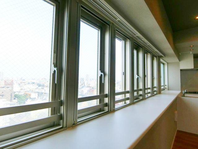 大きな窓がたくさんあるのが本物件の最大の魅力です。いつでも明るい日が降り注ぐ空間は、お子様の成長にもぴったりのお部屋です。