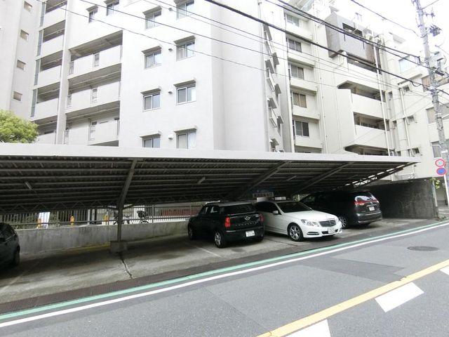 屋内駐車場は雨や砂ぼこりや汚れから車を守ってくれます。