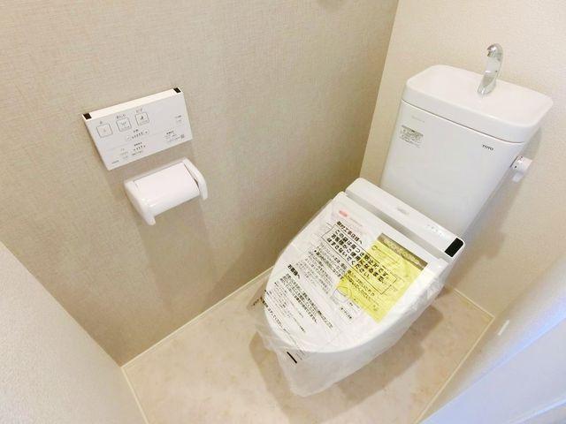 【トイレ】新規交換済みのトイレ、清潔感があります。(1号棟)