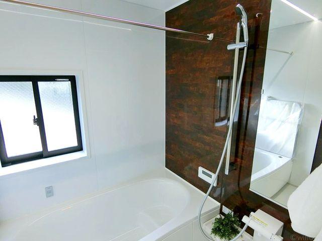 浴室換気乾燥機付きなので、中に洗濯物も干せます。窓付きも嬉しいですね。(1号棟)