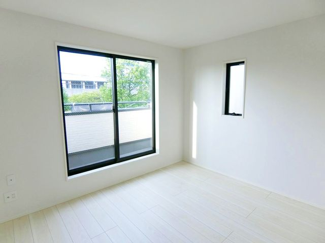 5.65畳の居室です。2面採光でお部屋に開放感を感じさせてくれます。(1号棟)
