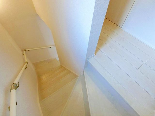 室内階段。幅に余裕があるため快適にお過ごし頂けます。(1号棟)