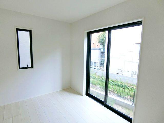 南向き約5畳の洋室、白を基調としたお洒落な居室ですね。(1号棟)