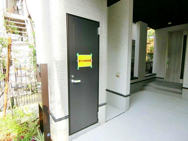 屋外収納スペース。雨に濡れる心配もないので便利です。(1号棟)