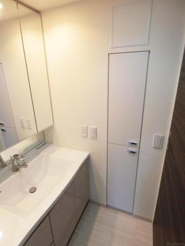 洗面所横にも収納がございますので、無駄なくスペースを有効活用できているお部屋でございます。