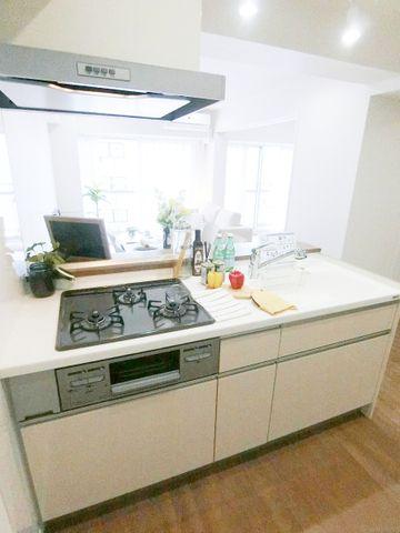 近年最も支持されているのは、リビングが見渡せるオープン型の対面式キッチンです。(食洗機完備!)料理中でもお子様の様子がいつでも確認できるので、楽々&安心です。