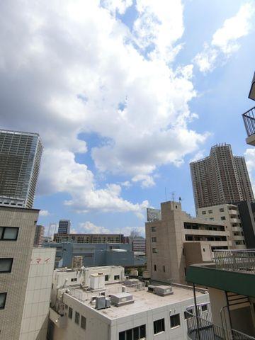 遠くにある高いビルの間からはいつでも青空が見られます。
