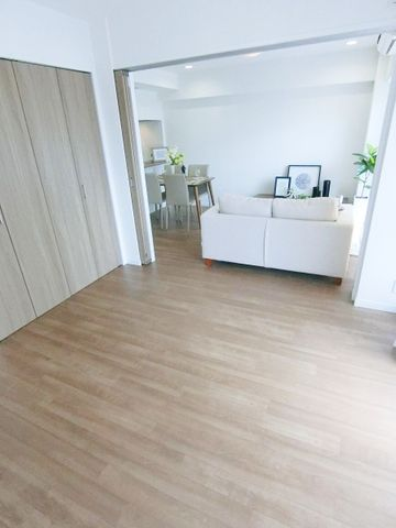 採光もしっかりとれた快適なお部屋。陽当たりの良さがお部屋に開放感を感じさせてくれます。子供部屋や、書斎として、個性的なインテリアを検討してみませんか?