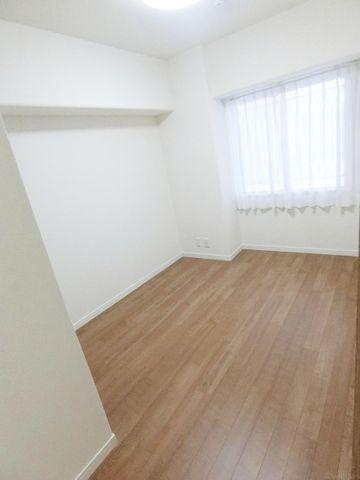 4.7帖の洋室。温かみのあるブラウンがお部屋を優しい印象に演出してくれます。