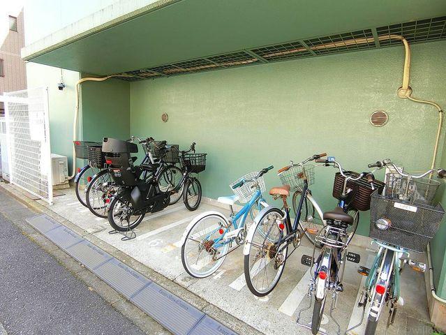 自転車は必需品という方も多くいらっしゃいます。見るとお子様を乗せる自転車が多く、このマンションコミュニティの雰囲気を教えてくれます。空き状況もすぐにお調べいたします。