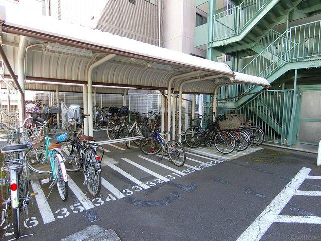 雨天でも安心の屋根付き駐輪スペース。空き状況をすぐにお調べいたします