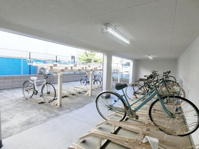 自転車は必需品という方も多くいらっしゃいます。見るとお子様を乗せる自転車も多く、このマンションコミュニティの雰囲気を教えてくれます。空き状況もすぐにお調べいたします。