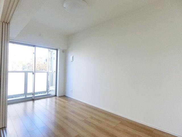 家族個々の安らぎの空間。プライベートなお部屋は暮らす方の感性で造り上げたいもの。誰もが好みで飾れるシンプルな室内に仕上げてあります。収納も完備です。