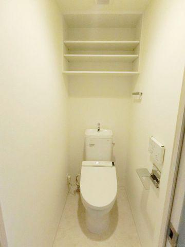 トイレには、当たり前のようにウォシュレットがついております。上部には、便利な収納スペース有。毎日使う場所だからこそ、細部までこだわり抜かれております。