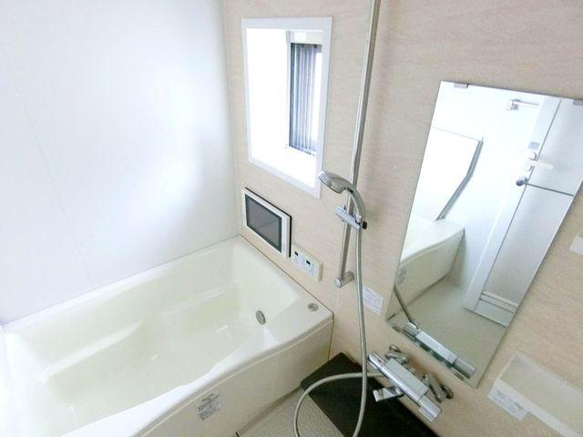お風呂にも窓が付いておりカビ防止になります。浴室換気乾燥機付きなので、中に洗濯物も干せます。