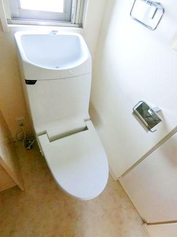 新規交換済みのトイレ、清潔感があります。