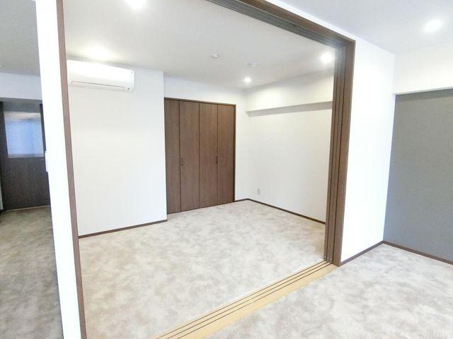 リビング横の6帖の居室は、突然の来客の際にも扉を閉めて生活感を隠すことの出来る使い勝手の良いお部屋でございます。