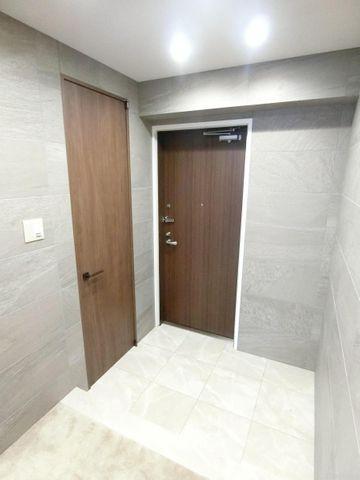 開放感と清潔感を兼ね備えた玄関。お子様が駆け込んでくる様子が想像できます。